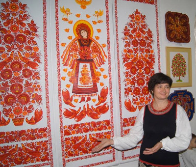 Halyna Nazarenko with Petrykivka paintings